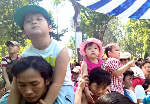 Trẻ em Sài Gòn đội nắng đi chơi ngày đầu năm 1
