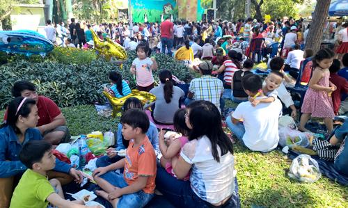 Trẻ em Sài Gòn đội nắng đi chơi ngày đầu năm 5
