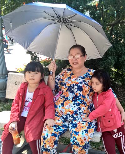 Trẻ em Sài Gòn đội nắng đi chơi ngày đầu năm 2
