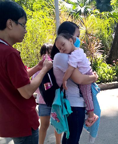 Trẻ em Sài Gòn đội nắng đi chơi ngày đầu năm 4