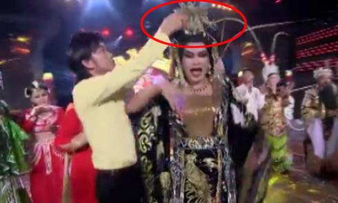 Hoài Linh tái hiện sự cố trao nhầm vương miện Hoa hậu Hoàn Vũ
