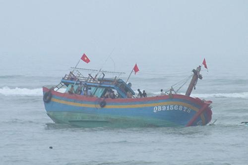 9 ngư dân gặp nạn ở cửa biển Nhật Lệ 1