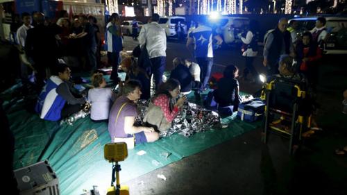 Những người bị thương tập trung bên ngoài khách sạnAddress Downtown Dubai