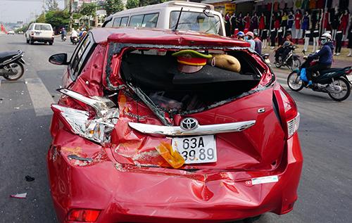 Ôtô biến dạng sau cú tông của xe cẩu cứu hộ 1