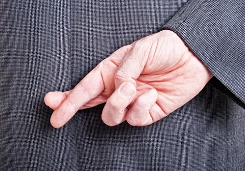 """Ngón tay trỏ và ngón giữa để chéo nhau được xem là biểu tượng chúc may mắn. Vì vậy, """"Fingers crossed"""" là một cách nói thay cho """"Good luck""""."""