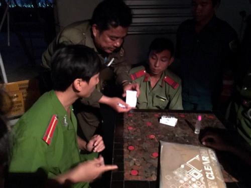 Công an khám nghiệm thu giữ võ đạn tại trang trại thanh long Hồng Ân. Ảnh: Hải Hà