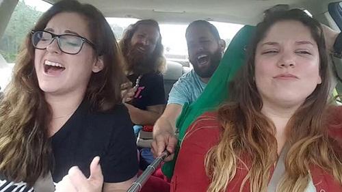 Mải mê ca hát và chụp ảnh, nhóm thanh niên này đã có một bài học nhớ đời khi suýt chút gặp tai nạn xe.