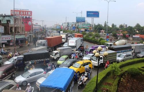 10 ôtô tông liên hoàn, cửa ngõ Sài Gòn rối loạn 1