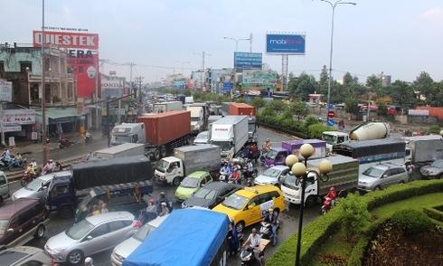 10 ôtô tông liên hoàn, cửa ngõ Sài Gòn rối loạn