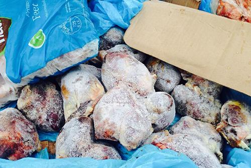 Tim lợn, chân gà thối bị phát hiện trong cửa hàng ở Hà Nội. Ảnh: Sơn Dương.