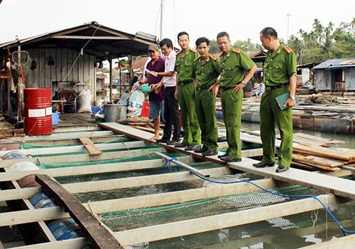 Cục Cảnh sát môi trường (Bộ Công an) vào cuộc vụ hàng trăm tấn cá chết. Ảnh: Hoàng Trường
