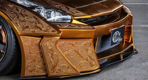Siêu xe Nissan GT-R chạm trổ sơn vàng 1