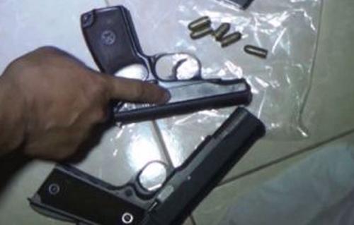 Đại ca giang hồ kè kè 2 súng khi bán 'hàng đá'