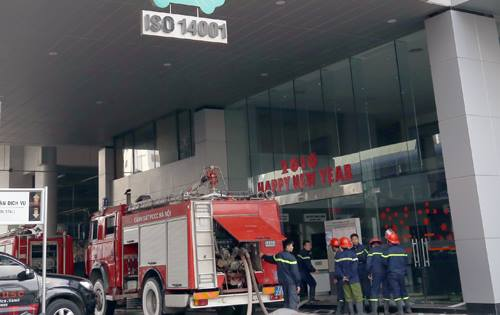 Khói đen bao trùm tòa nhà Toyota Mỹ Đình 2