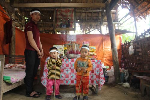 Hai bé 3 tuổi mồ côi mẹ trong túp lều tranh 3