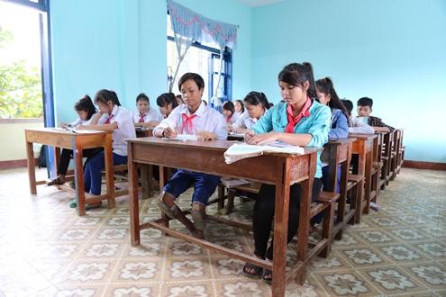 Cậu học trò đi bằng đầu gối ước trở thành giáo viên tin học 1
