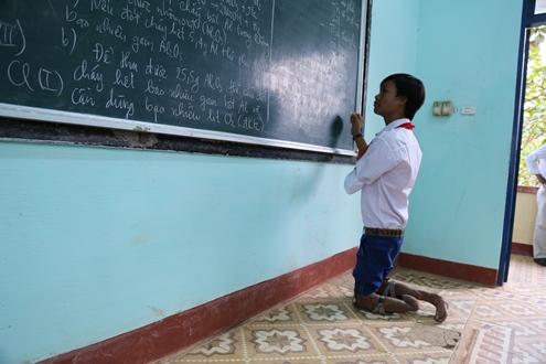 Cậu học trò đi bằng đầu gối ước trở thành giáo viên tin học 2