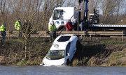 Siêu xe Lamborghini Huracan lao xuống hồ