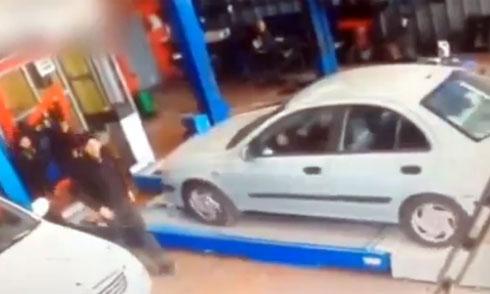 Tài xế chèn ôtô lên thợ sửa xe 1