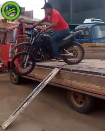 Tài xế chèn ôtô lên thợ sửa xe 3