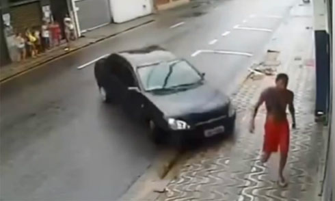 Tài xế chèn ôtô lên thợ sửa xe 5