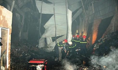 Hàng chục người phá cửa cứu ôtô trong kho vải bốc cháy