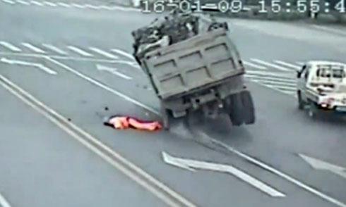 Công nhân quét đường sống sót thần kỳ dưới bánh xe tải 1