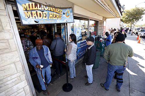 Dòng người xếp hàng mua vé Powerball ởHawthorne, Los Angeles, California