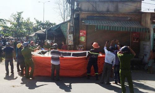 Cảnh sát cứu nam thanh niên đứng trên cột điện ở Sài Gòn 2