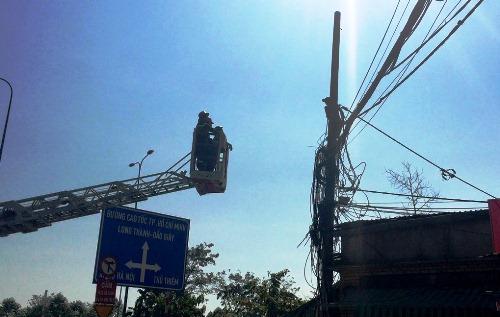 Cảnh sát cứu nam thanh niên đứng trên cột điện ở Sài Gòn 1
