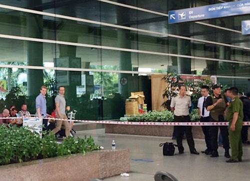Người đàn ông nước ngoài nhảy từ lầu 2 sân bay Tân Sơn Nhất 1