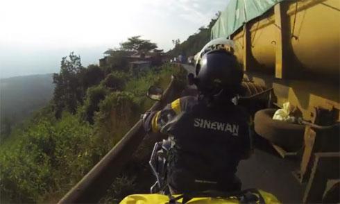 Pha mạo hiểm đau đớn của xe máy 5