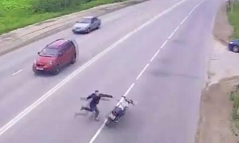 Pha mạo hiểm đau đớn của xe máy 1