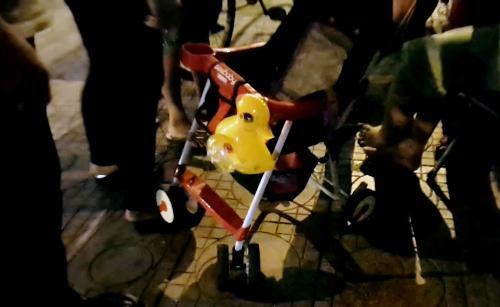 Người mẹ trẻ nhảy cầu để lại con nhỏ trên xe đẩy 1