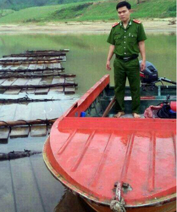Lâm tặc phá rừng chờ thủy điện xả lũ tuồn gỗ về xuôi 1