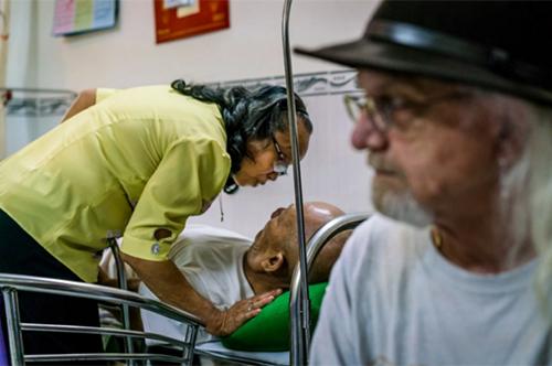 Bà Hanh chăm sóc người chồng của mình, trong khi ôngReischl ngồi gần đó. Ảnh: WP