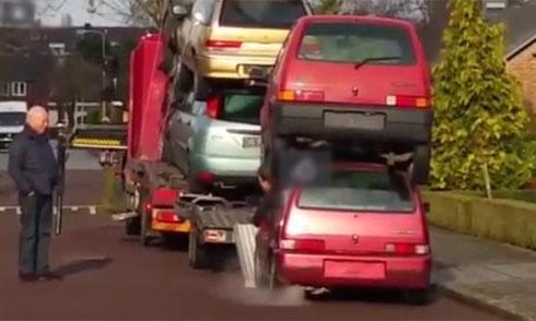 Ôtô cõng nhau leo lên xe tải 1