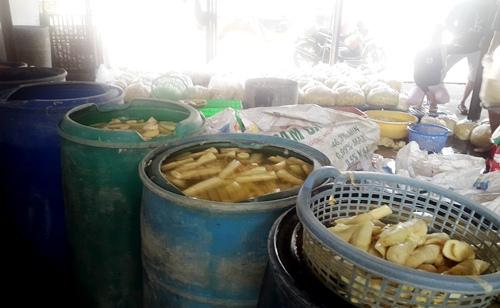 Hàng loạt cơ sở ở Sài Gòn ngâm măng trong hóa chất