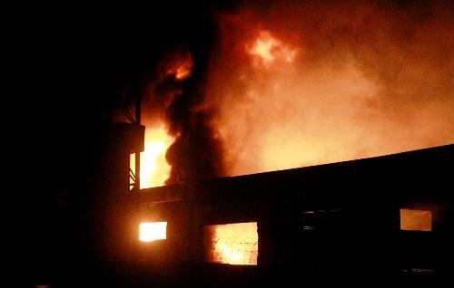 Biển lửa bao trùm công ty gỗ ở Bình Dương 1