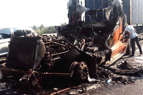 Xe container bốc cháy trên cao tốc Long Thành 2