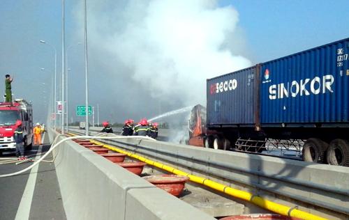 Xe container bốc cháy trên cao tốc Long Thành 1