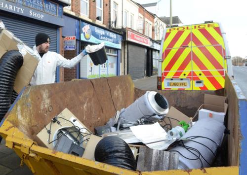 Cảnh sát tịch thu các trang thiết bị của trang trại cần sa ở thị trấnSouth Shields. Ảnh:Shields gazette