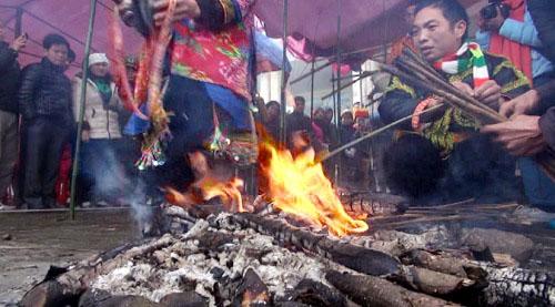 Lễ nhảy lửa xua đuổi tà ma của người Dao vùng Mẫu Sơn 1