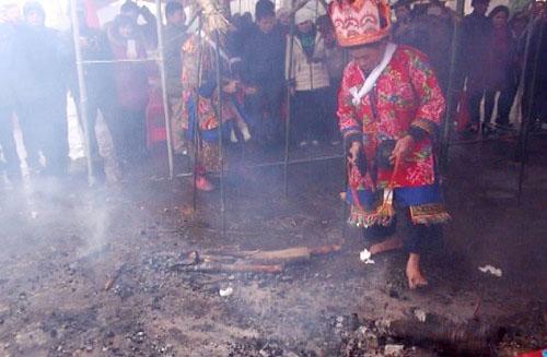 Lễ nhảy lửa xua đuổi tà ma của người Dao vùng Mẫu Sơn 2