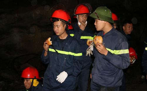 Trắng đêm tìm kiếm nạn nhân vụ sập mỏ đá làm 8 người chết 2