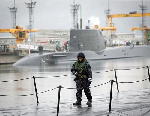 Người nắm giữ công tắc khai hỏa tên lửa hạt nhân từ tàu ngầm Anh 3