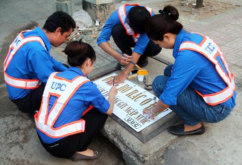 TP HCM sơn 7.200 nắp cống kêu gọi không xả rác 1