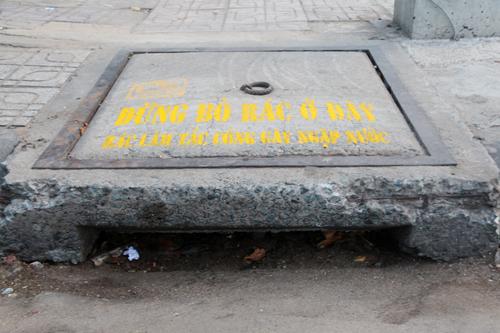 TP HCM sơn 7.200 nắp cống kêu gọi không xả rác 2