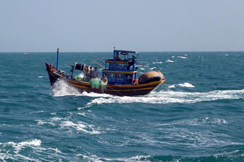 Tàu Hải quân cứu 10 người gặp nạn trên biển 1