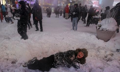 Mỹ chìm trong tuyết dày hàng chục cm